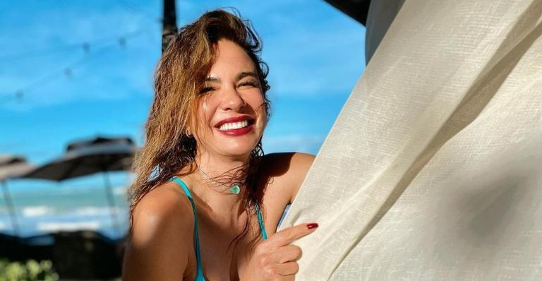 Luciana Gimenez esbanja boa forma com cliques de biquíni na praia