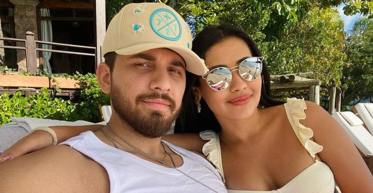 Thaynara OG e Gustavo Mioto posam juntinhos durante viagem romântica