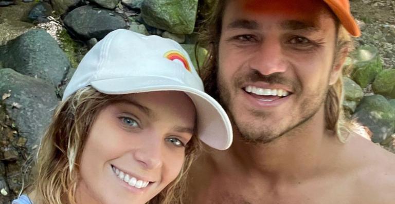 Ao curtir um delicioso dia de sol e praia, Isabella Santoni se derrete pelo namorado, Caio Vaz
