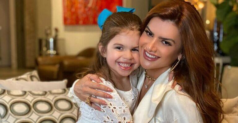 Com a filha, Mirella Santos surge com look junino estiloso e encanta: ''Lindas''