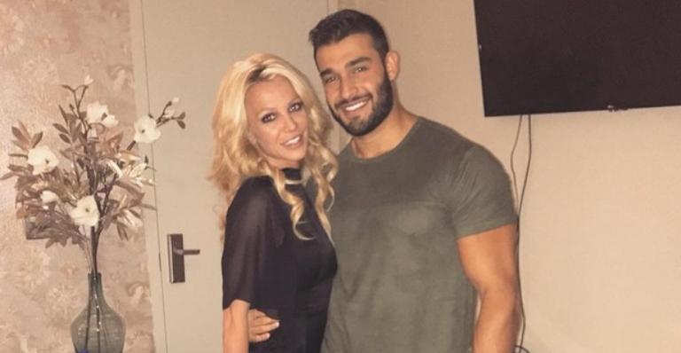 Britney Spears aumenta rumores de noivado com Sam Asghari após clique suspeito de paparazzo