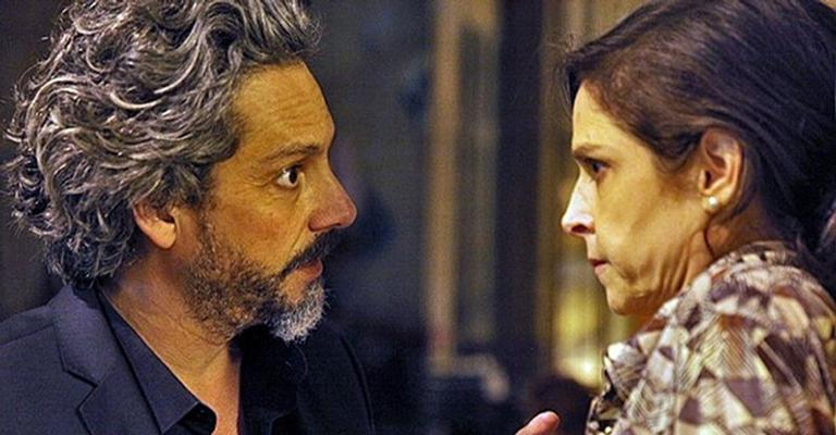 Cora beija o comendador José Alfredo e desmaia na novela 'Império'