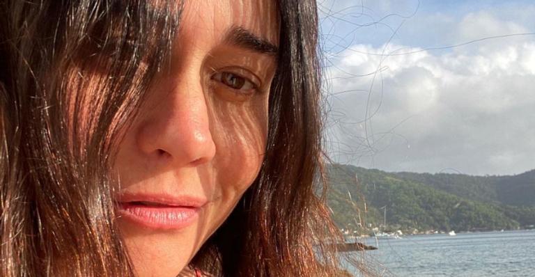 Alessandra Negrini esbanja plenitude ao iniciar o dia curtindo sons da natureza
