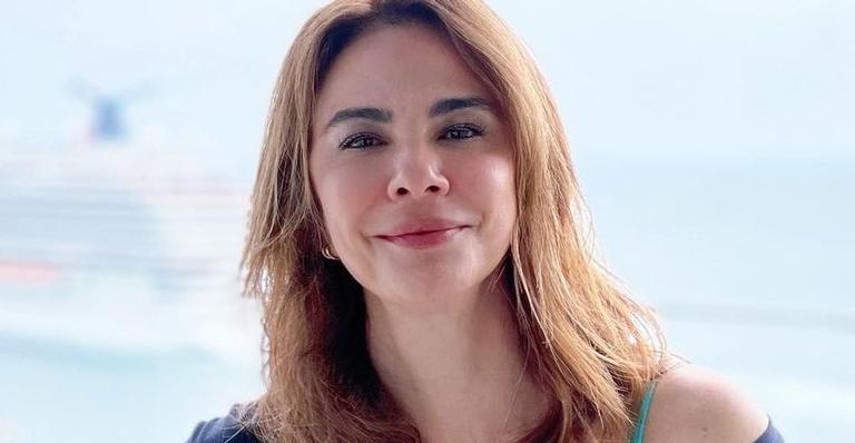 Luciana Gimenez ostenta shape impecável de biquíni durante passeio de barco