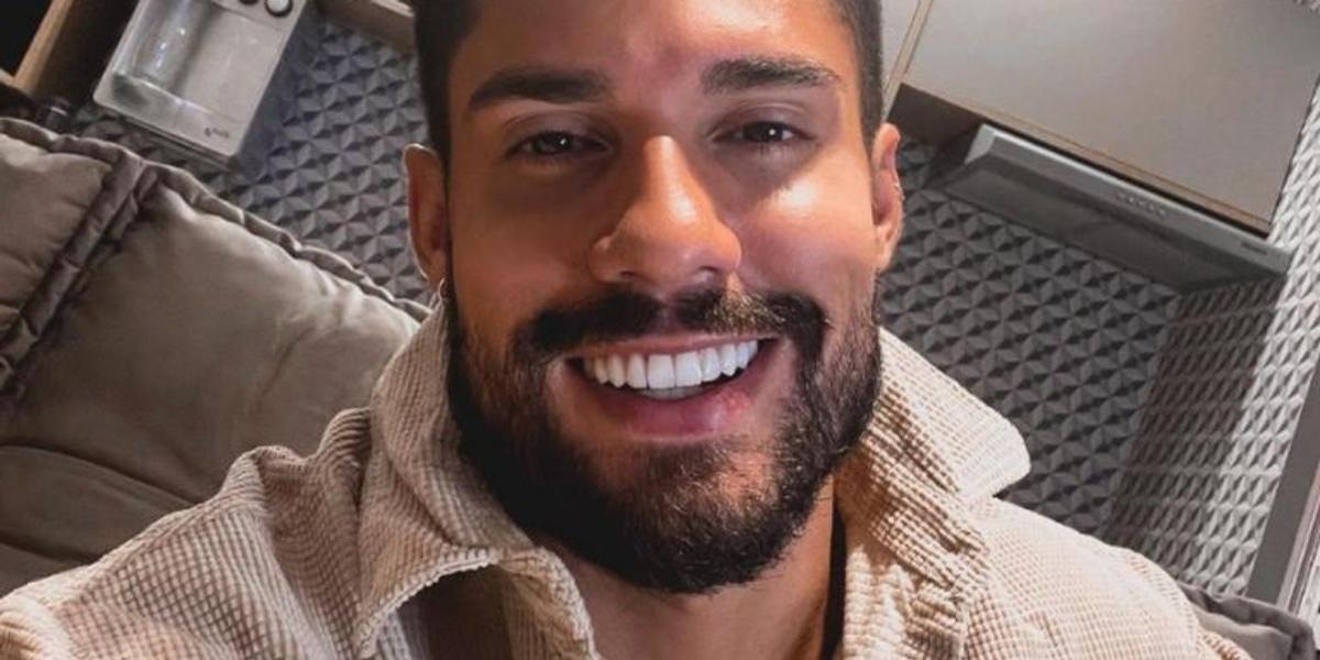 Descamisado, Bil Araújo exibe lindo sorriso em sequência de cliques na praia: ''Lar doce lar''
