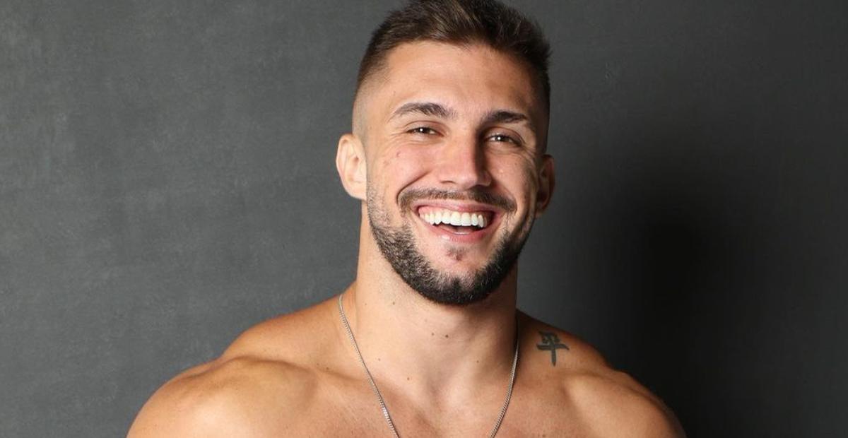 Descamisado, Arthur Picoli exibe corpo sarado durante treino e impressiona web: ''Perfeito''