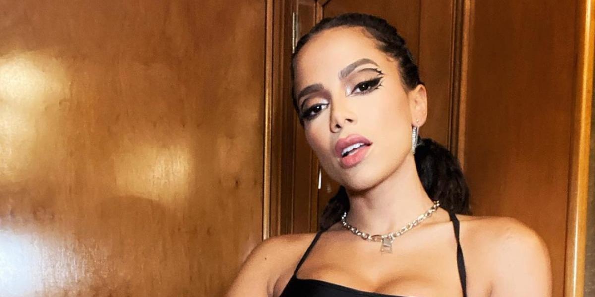 Anitta abandona o moreno e surpreende a web ao mostrar novo visual durante o Billboard Latin Music Week 2021!