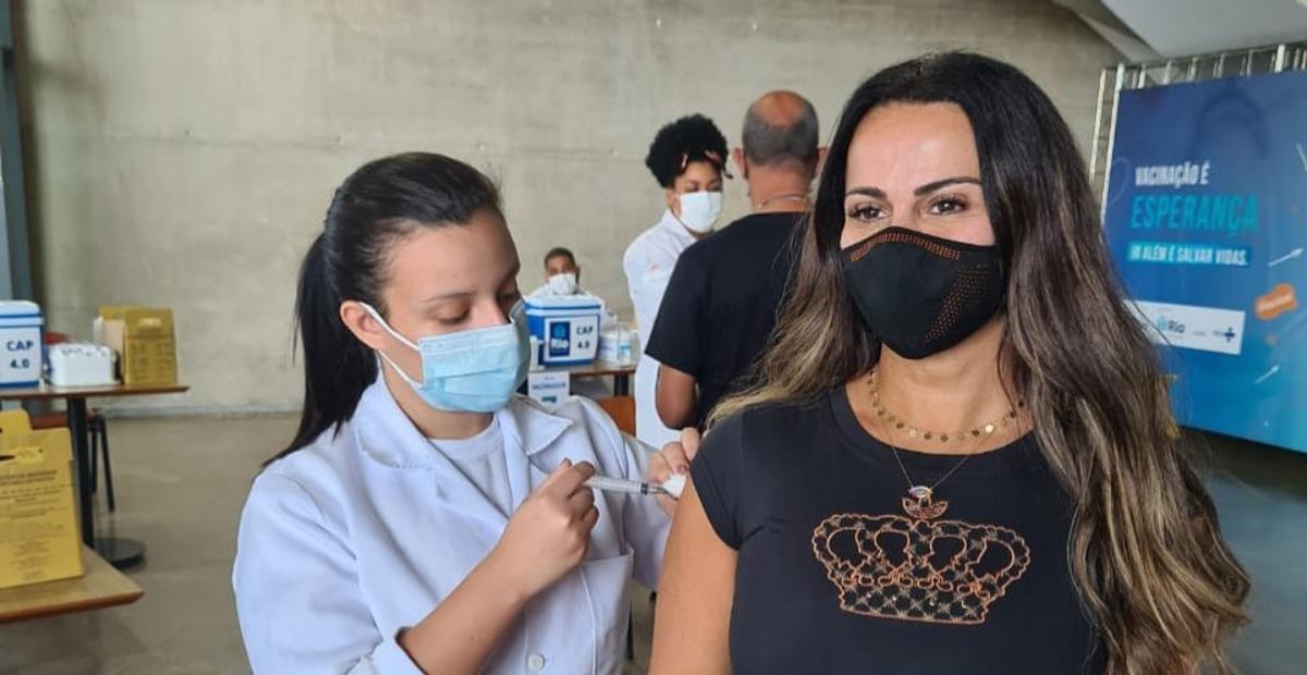 Viviane Araujo recebe segunda dose da vacina contra a covid-19 e celebra: ''Viva o SUS!''