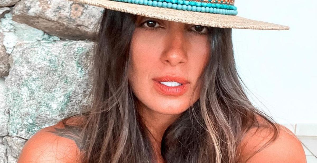Carol Peixinho posa de biquíni e ostenta curvas esculturais