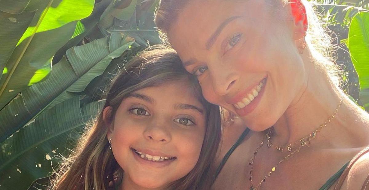 Grazi Massafera resgata cliques da infância e com a filha, e encanta a web