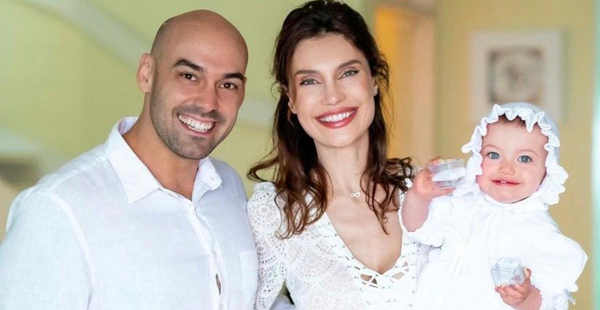 Na casa de praia da família, Júlia Pereira realiza batizado da filha: ''Momento maravilhoso''
