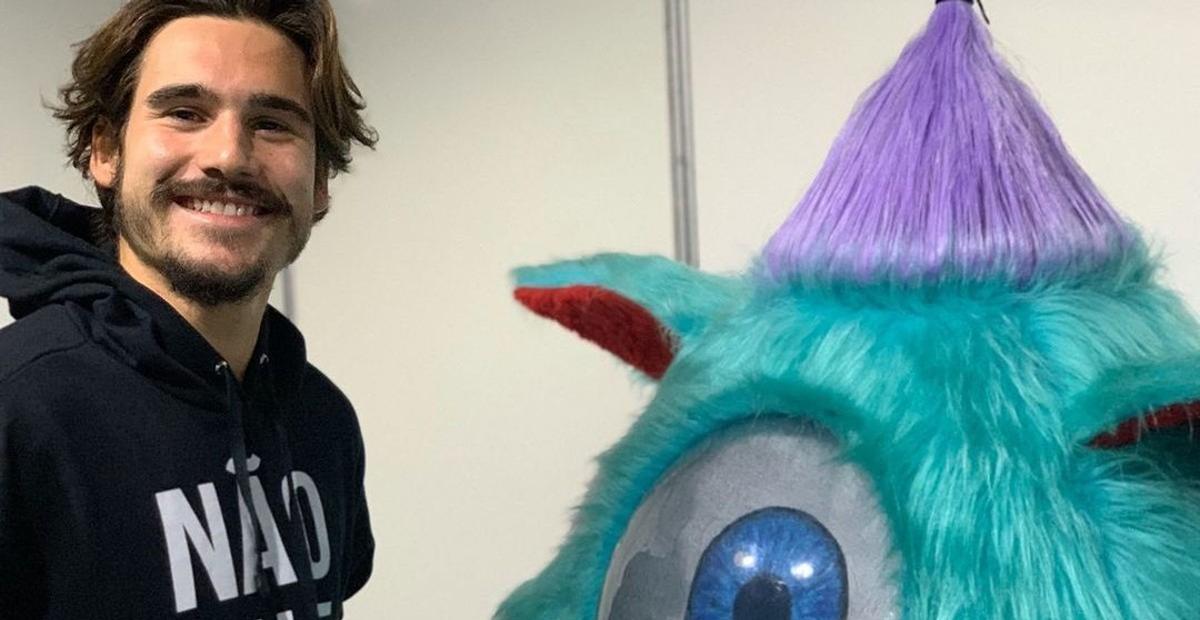 Finalista do 'The Masked Singer', Nicolas Prattes mostra como era colocar a fantasia de monstro